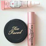 Too Faced – Kit Mascara de pestañas, primer de face y bronzer.
